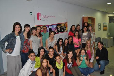 Foto de familia con los alumnos en el hall de la EIP Valencia