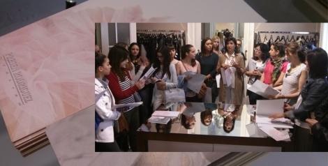 Complementamos las clases prácticas con una master class en el taller de la diseñadora de alta costura, Presen Rodríguez. En la imagen los alumnos con Isabel Cosme en el taller de su madre