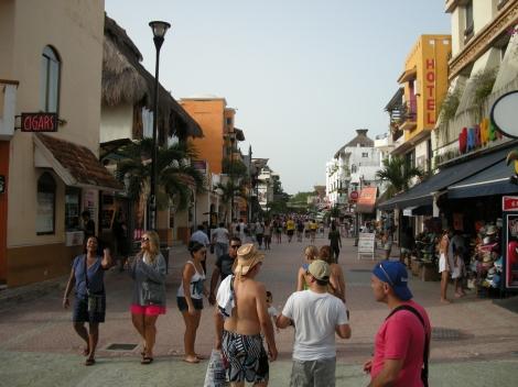 La siempre concurrida avenida es un lugar de encuentro para los turistas con la cultura mexicana, la artesanía y las primeras marcas