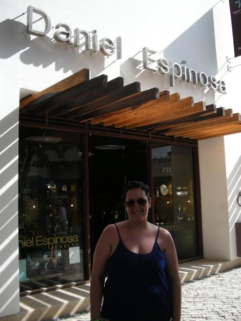 Al otro extremo de la avenida encontramos otro centro comercial. Aquí la tienda de alta bisutería del mexicano Daniel Espinosa