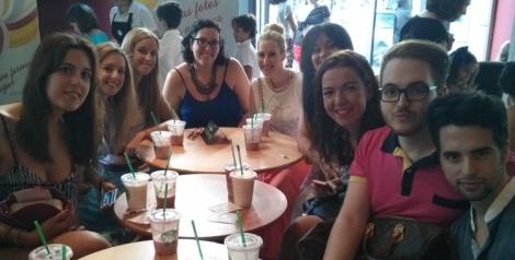 Con algunos de los compañeros que se acercaron para conocer la nueva bebida