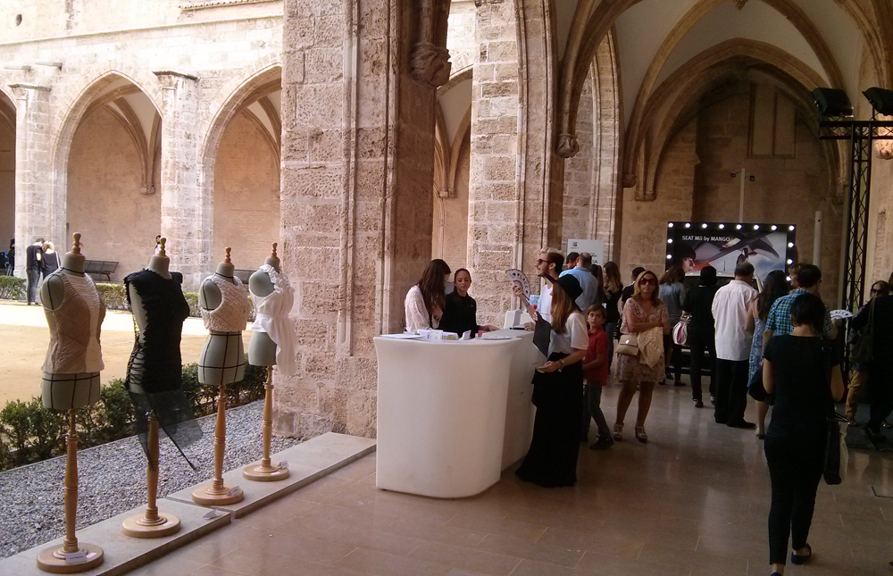 La exposición recibe a los invitados junto al hall y la recogida de acreditaciones