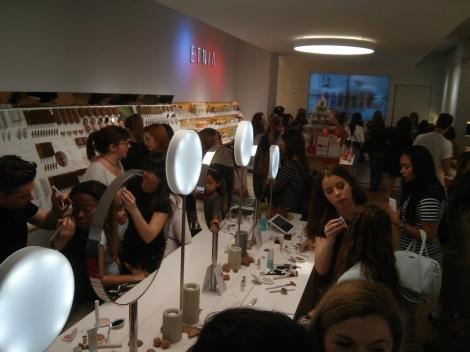 El equipo de Etnia maquillando a los asistentes