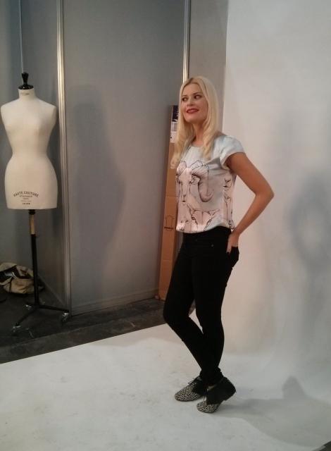 Maya posando en el shooting del backstage