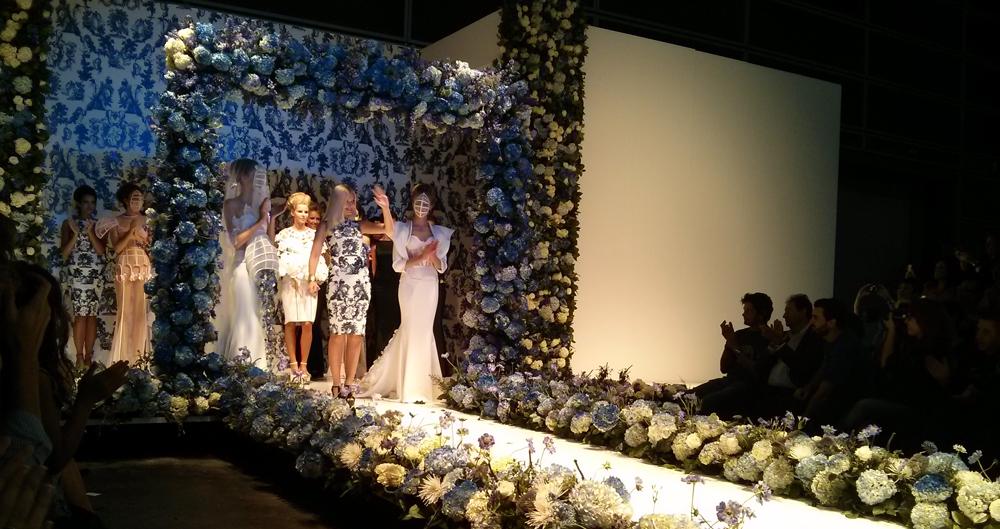 Maya Hansen recibe las felicitaciones de las presentaciones por Birth junto a las modelos del desfile