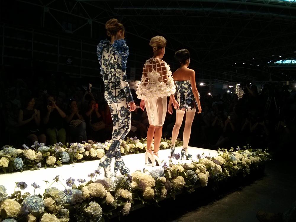 Las modelos desfilan juntas por las pasarela para poner fin al desfile