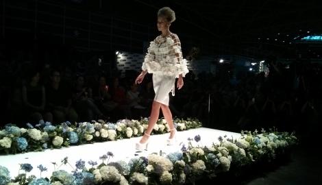Estola floral en una de las propuestas de Maya Hansen