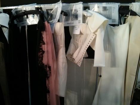 Prendas antes del desfile preparadas para vestir a las modelos