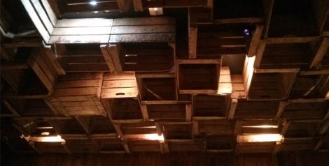 Detalle del techo de Bistro. Antiguas cajas de fruta y verduras lo convierten en un lugar moderno y muy acogedor