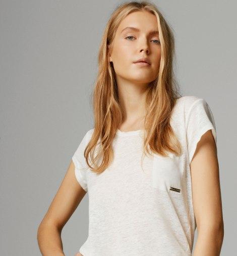 Camiseta con bolsillo y detalle dorado de Massimo Dutti. Precio:  19.99 euros