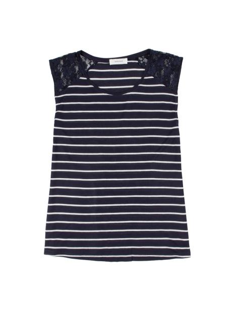 Camiseta de rayas sin mangas con detalle de encaje en los hombros. Precio: 12.99 euros