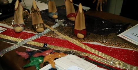 Algunas muestras de los materiales con los que Magrit fabrica su calzado. Piel, metacrilato y piedras swarovski