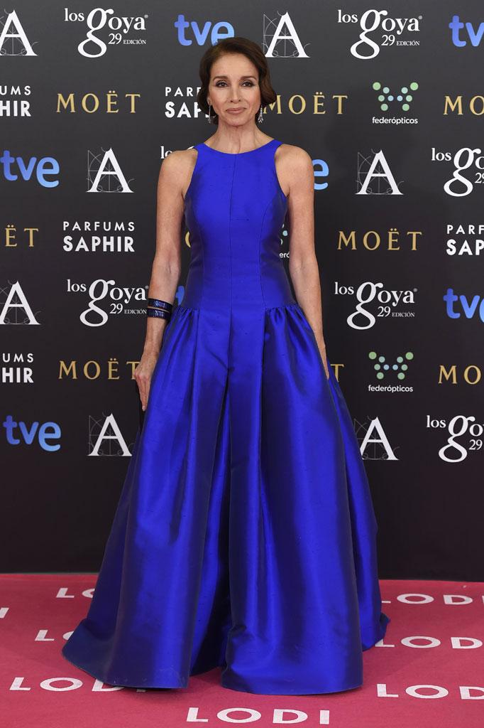 Ana Belén de azul Klein de Tot Hom y pendientes de Bárcena