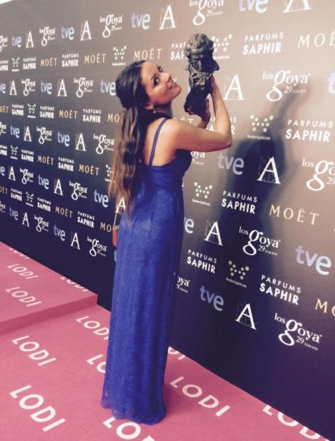 Carmen posa en solitario con el Goya sobre la alfombra rosa