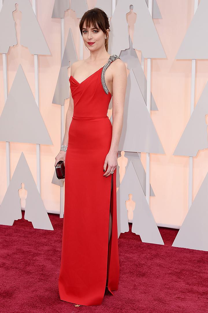 Dakota Johnson de Saint Laurent en rojo. Imagen de Getty Images y Cordon Press para Grazia