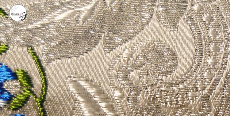 Una de las cosas que encarece la tela es el número de hilos utilizados en la confección de la tela. Cuanto mayor calidad tenga el tejido menos fondo se verá tras la flor o el dibujo