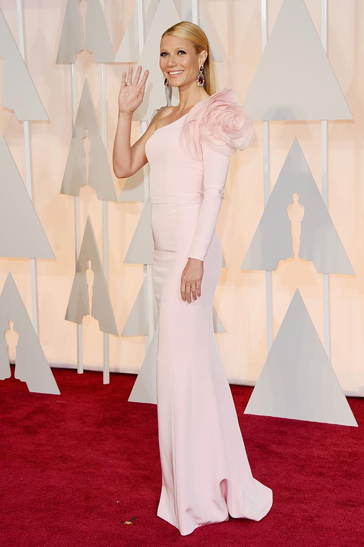 Gwyneth Paltrow de Ralph & Ruso acertó con este vestido en rosa palo. Como siempre elegante. Imagen de Getty Images y Cordon Press para Grazia