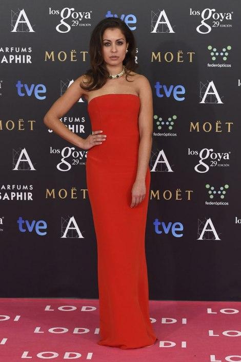 Hiba Abouk con un vestido de corte clásico palabra de honor en rojo. Imagen de Gtres Online para Telva