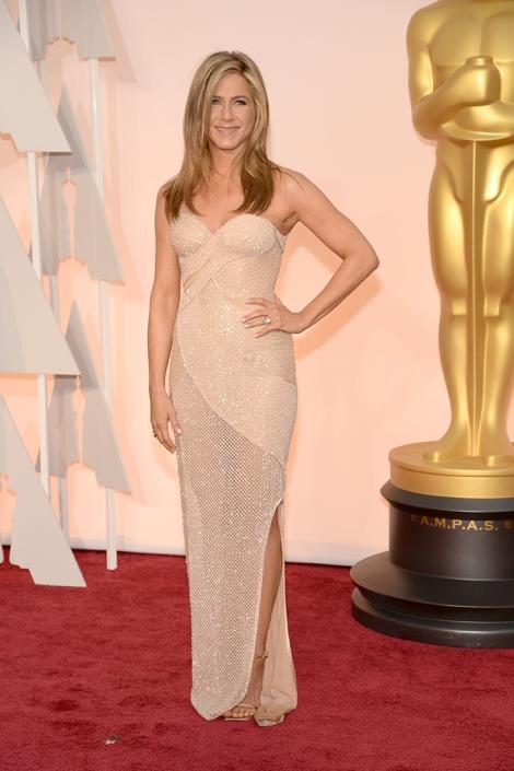 Jennifer Aniston de Versace. Un vestido con mucho brillo y escote corazón. Muy favorecedor. Imagen de Getty Images y Cordon Press para Grazia