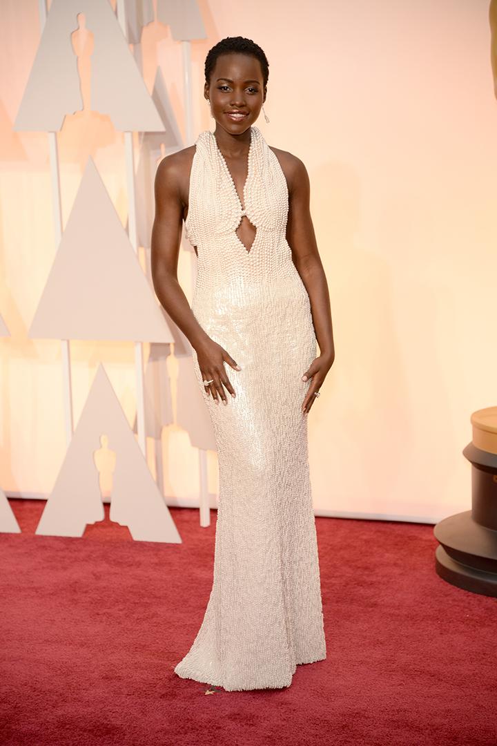 Lupita Nyong'o con un vestido Joya de Calvin Klein volvió a deslumbrar sobre la alfombra roja. Imagen de Getty Images y Cordon Press para Grazia