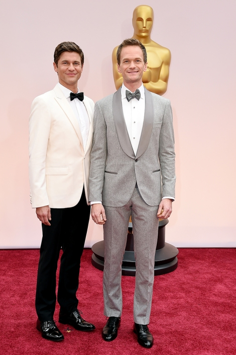 Neil Patrick Harris con su marido en la red carpet con esmoquín gris de Chanel. Imagen de Getty Images y Cordon Press para Grazia