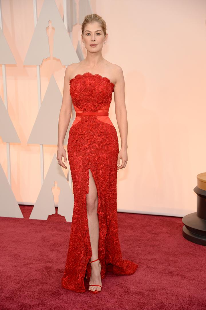 Rosamund Pike de Givenchy. Imagen de Getty Images y Cordon Press para Grazia