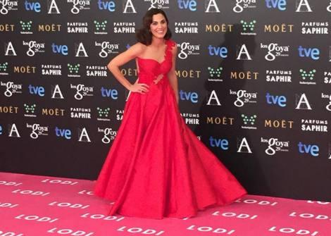 Toni Acosta con un vestido en rojo de Alicia Rueda. Imagen de RTVE