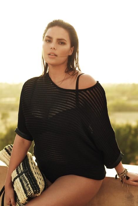 El jersey con transparencias es muy favorecedor y da el protagonismo a las prendas de baño
