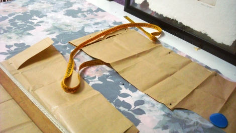 Plasmar las medidas sobre la tela con los patrones