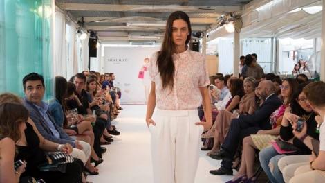 Una de las modelos del desfile con blusa cuello bebe y pantalón blanco de la colección Bloom de Sita Murt