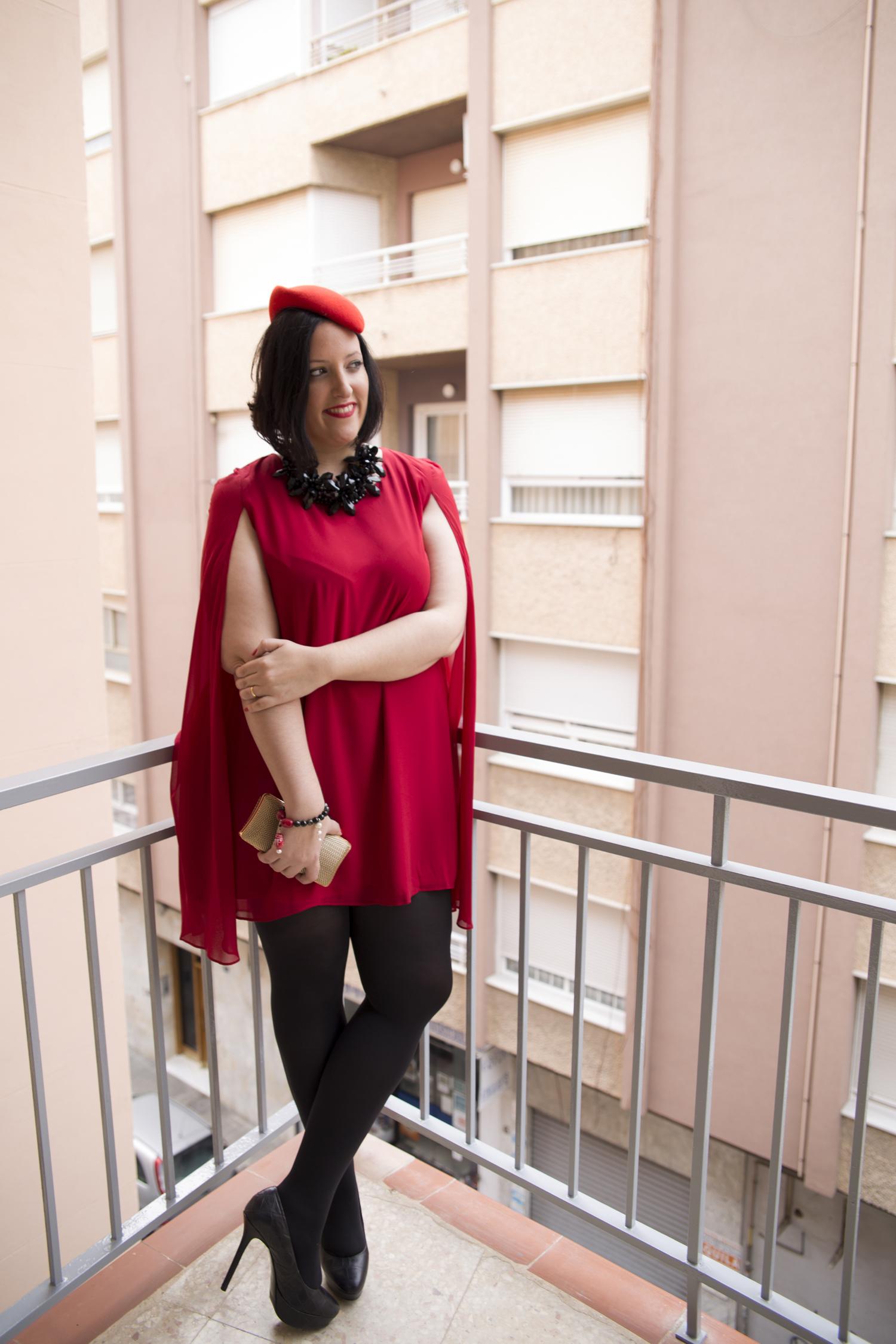 Vestido rojo fiesta capa con tocado Paloma Silla Destaca-te asesoria de imagen