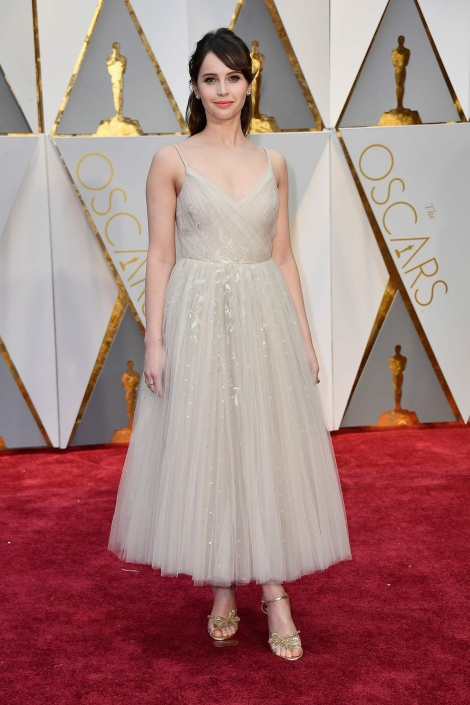 felicity-jones-christian-dior-oscar-2017-fotos-vogue-getty-images