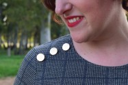Destaca-te Paloma Silla abrigo, top y mayas cuadro escocés curvy asesoria imagen botones dorado