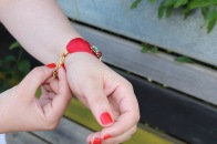Paloma Silla Destaca-te asesoria de imagen moda tallas grandes curvy pulsera roja pedreria
